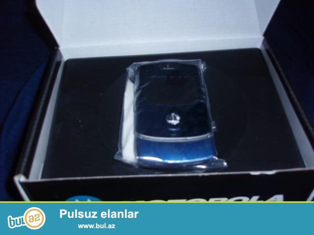 Motorola V3 mobil telefonları<br /> Qara və qızılı rənglər<br /> İstehsalçı Singapur...
