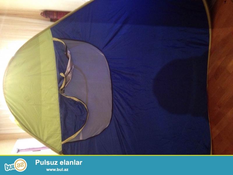 Палатка туристическаяю само раскладывающеяся ,за счет металлических дуг вшитых в тканб палатки...