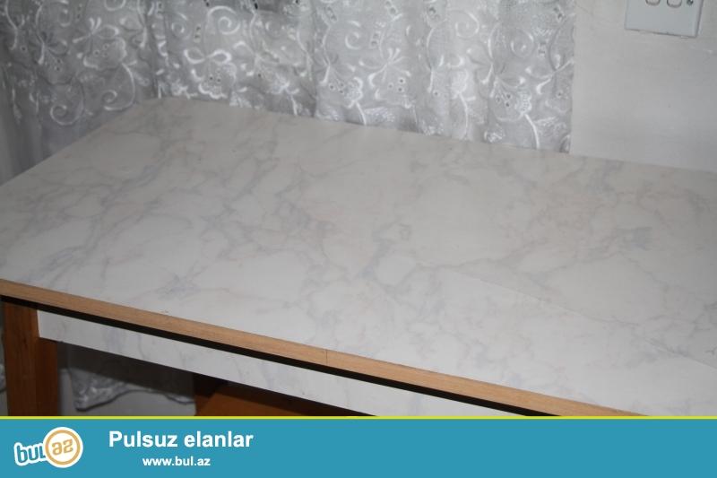 Mətbəx masası və 2 ədəd taburet satılır. İşlənmişdir amma əla vəziyyətdədir...