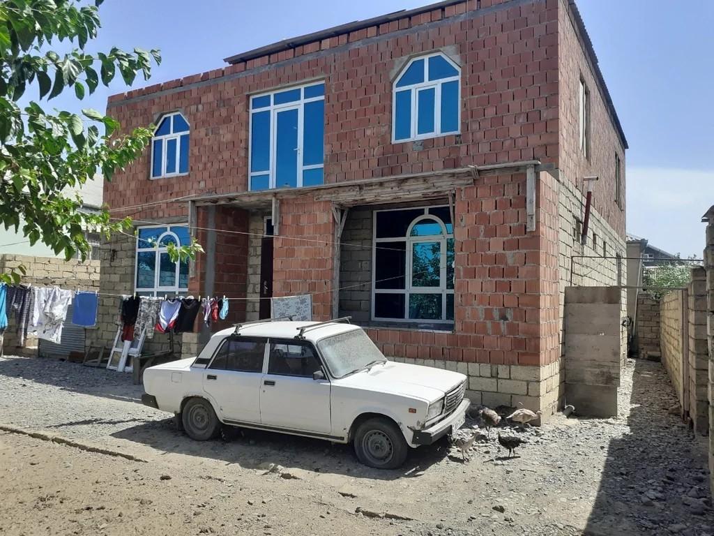 2 mertebeli heyet evi torpaq 5 sota yaxındır qaz su işıq telefon xetdi var. Dört terefi daş hasardır 7 otaqdan ibaretdir