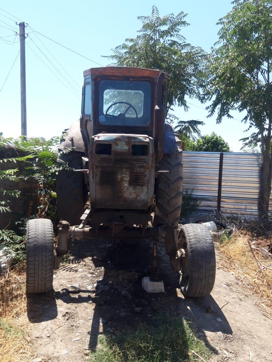 Salam T40 traktor - lapetsiz normal vezyetdedi,hal hazirda islek veziyyetdedi,az islenmis arxa tekerlerde qoyulub,Yerinde baxdiqdan sonra qiymetde razliwmaq olar.Fuzuli rayonu.Sukurbeyli kendi