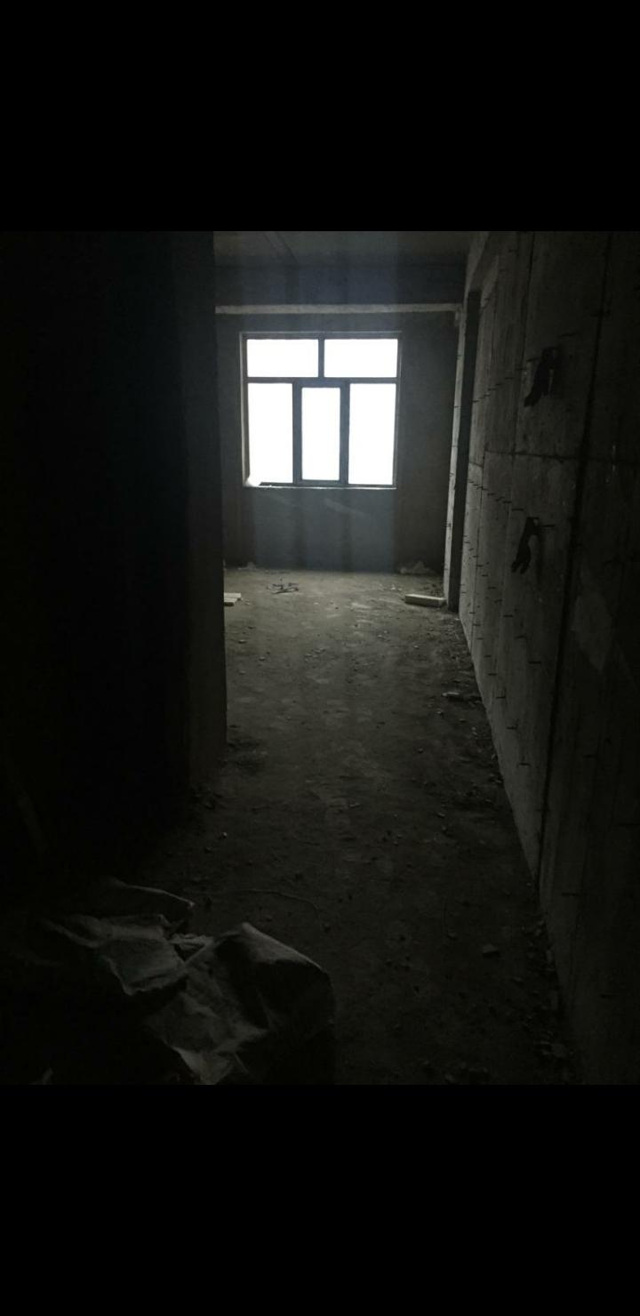 Elmlərdə Əcəmi MTK,16/6 mərtəbəsi, padmayak, qaz,işıq,su var, 156 kv, 3 otaqlı ev satılır.220000 manat.sənədi müqavilə.