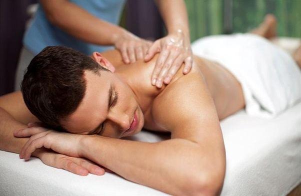Gənc massajçı xanım sizi incə və isti masaja dəvət edir.