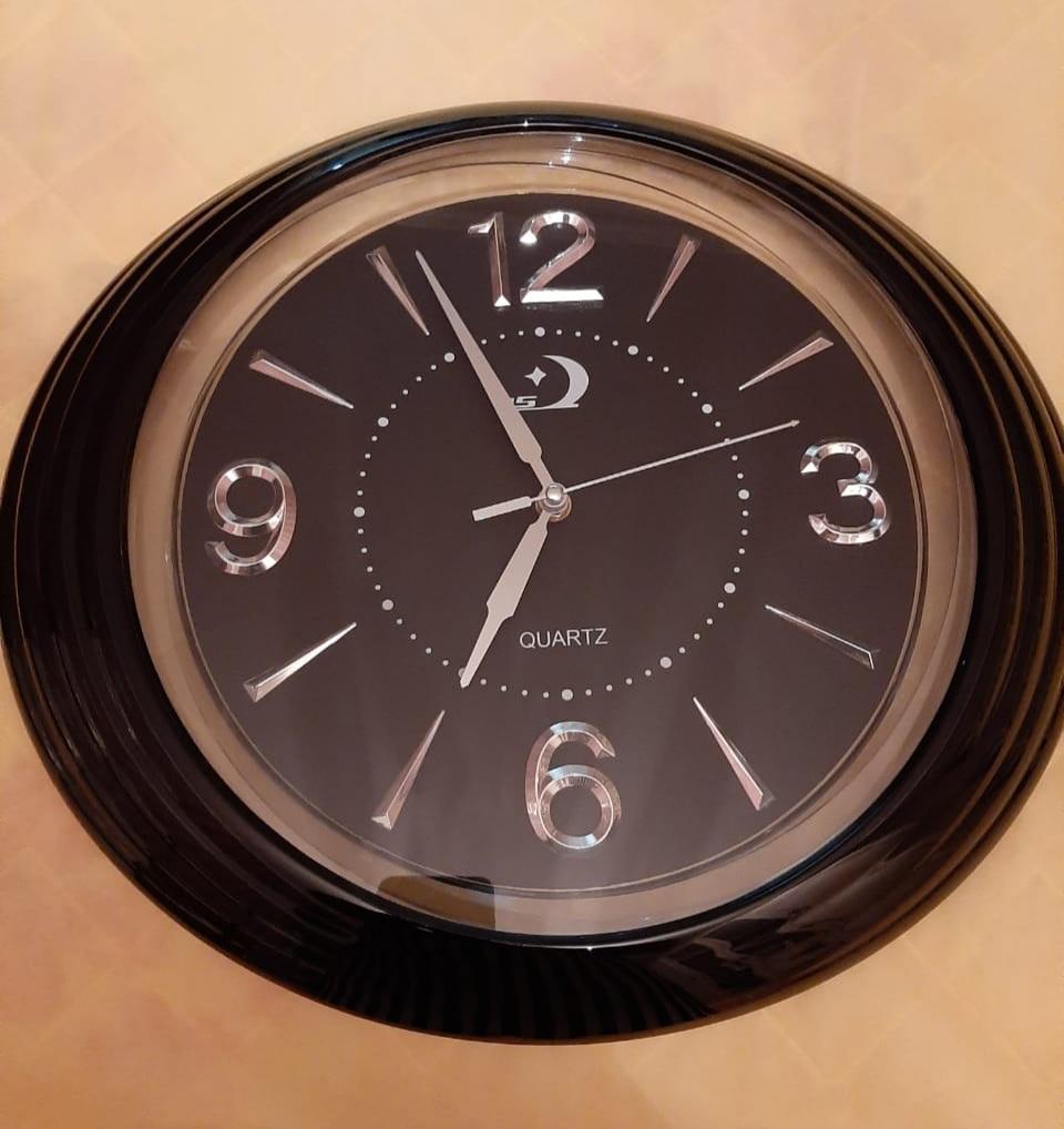 Qara saat 30 azn,qızılı 40 azn satılır. Təzədir. Ünvan Neapol dairəsi. Çatdırılma metroya var.