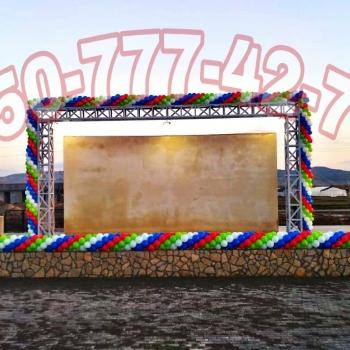 Bayraq renglerinde sharlarin bezedilmesi. Milli ehval
