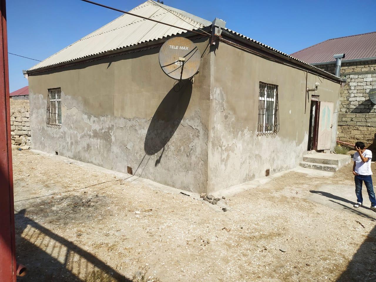 Zabrat qesebesi 2,5 sotda 120 kv.m sahesi olan 4 otagli ev