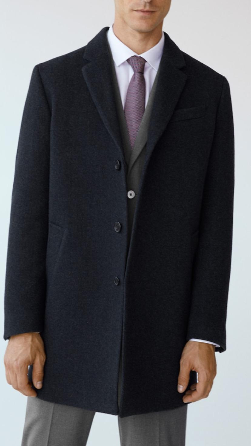 Kalıplı yün Tailored palto. Yeni!  Tailored ürün koleksiyonu. Karma yün kumaşlı. Desenli kumaş. Uzun model. Klasik yakalı. Uzun kollu. İki yan şerit cepli. Göğsü şerit cepli. Düğmeli. Astarlı. İç cepli.