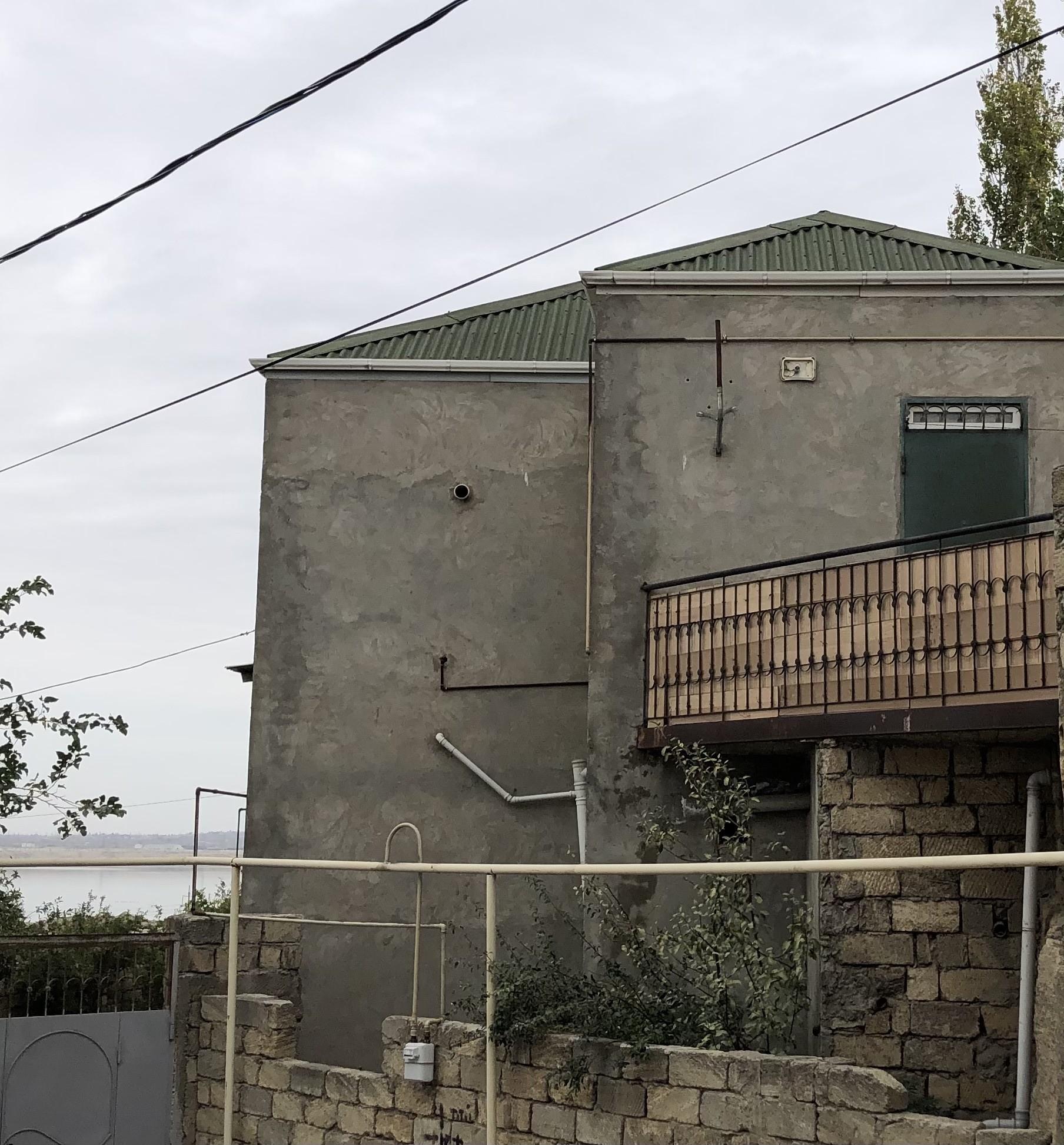 Ev Binəqədi rayonu İlham Hacıyev küçəsində yerləşir.