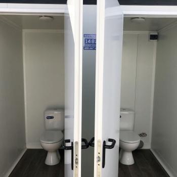 İki kabinalı sendvic panel mobil sanitar qovşağının satışı.