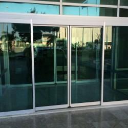 Автоматические двери с фотоэлементами. Среди автоматических