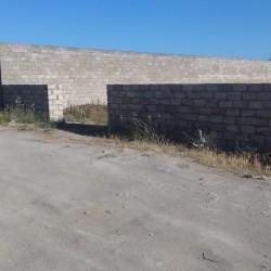 Torpaq Zirədə yol kənarındadı iki tərəfi hasarlıdı
