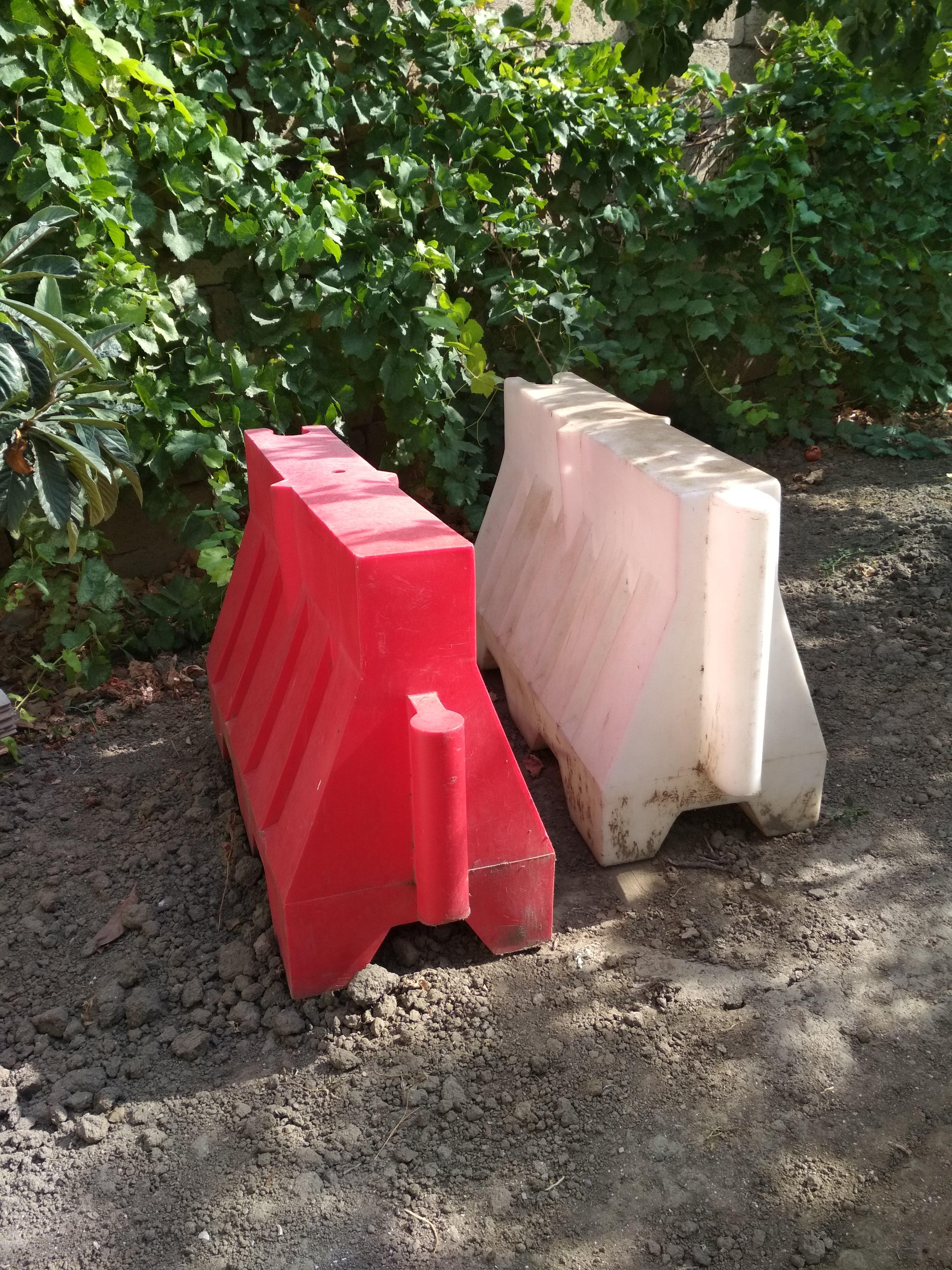 Əla vəziyyətdə 2 ədəd plastmas yol bloku. Müxtəlif
