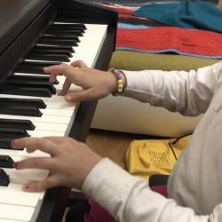 Qirmizi diplomla 11 sayli musiqi mekteb mezunu. Asef