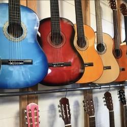 PİANO SHOP Mağazamızda gitaralar satılır Yeni xaricdən