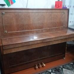 Öz pianomu satıram. Yaxşı saxlamışam, yaxşı vəziyyətdədir.