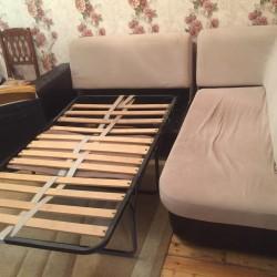 Künc divanı normal vəziyyətdədir. Künc divanı açılır yatağ