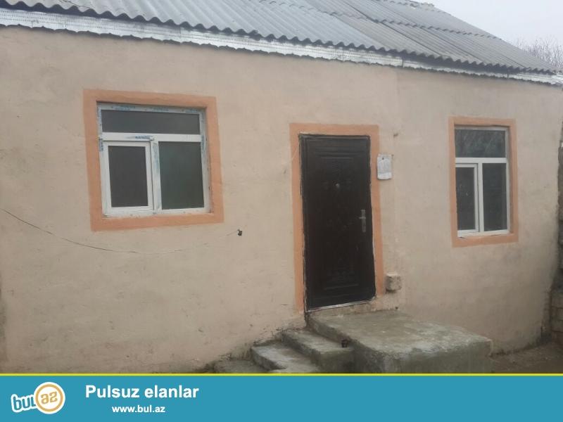 Bineqedi rayonu Bineqedi qesebesinde merkezinde dayanacagdan 20m arasinda olan 1 sotun icinde tikilen 60kvm 2 otaqli, ev orta temirlidir...