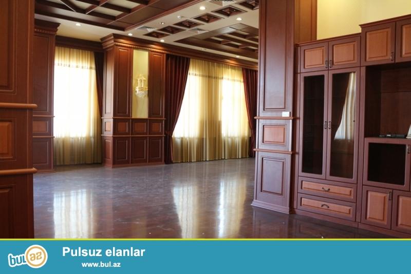 Səbail Rayonu Üzeyir Hacıbəyəv küçəsi,Metro Sahilin yani,Yeni tikili binada 14/8 ümumi Sahəsi 230 Kv...