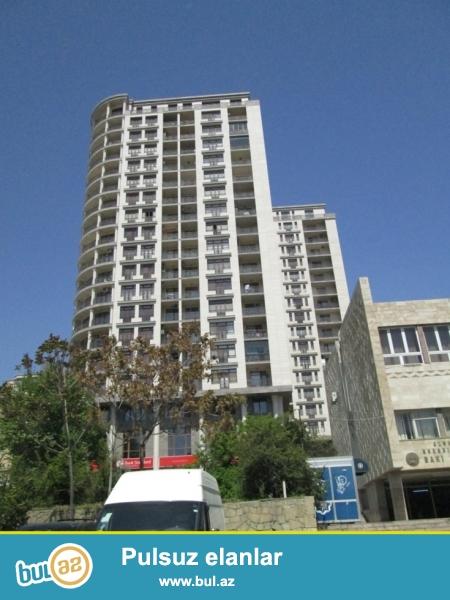 """По проспекту Бюль-Бюль в комплексе """"Абу премиум"""" сдаётся 2-х комнатная переделенная в 3-х комнат..."""