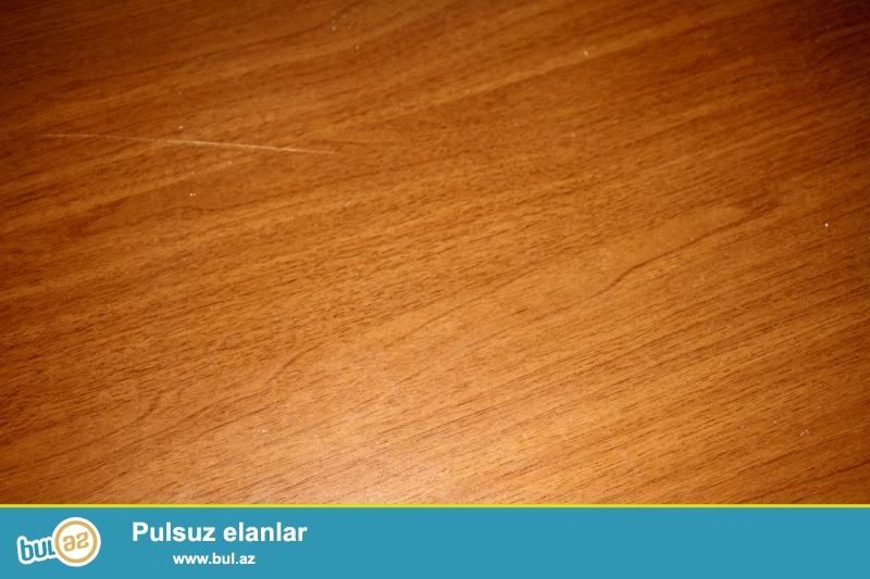 Malayziya istehsalı olan jurnal stolu satılır. 7000 manat qiyməti olan mebel dəstindəndir. İşlənmişdir amma əla vəziyyətdədir. Rəng çaları çox canlıdır və istənilən mebel dəstinə uyğun gəlir. Eni 53 sm, hündürlüyü 46 sm , uzunluğu 1 mert.