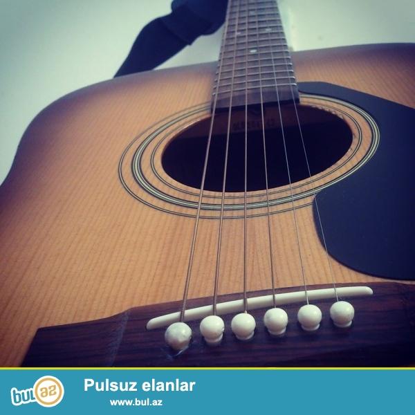 Gitar ela veziyyetdedir. ustunde yeni simler verilir...