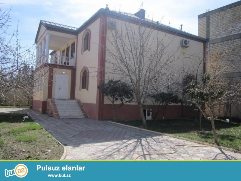Очень срочно сдаётся в аренду 2-х этажный, 9-и комнатный,  особняк расположенный в элитном районе Теймурa  Алийев  вблизи проспекта  Ататюрк  неподалёку от м/с  Геджлик! Дом площадью 480 квадрат расположен на 7 -ми сотках, супер евроремонтом, пол паркет...