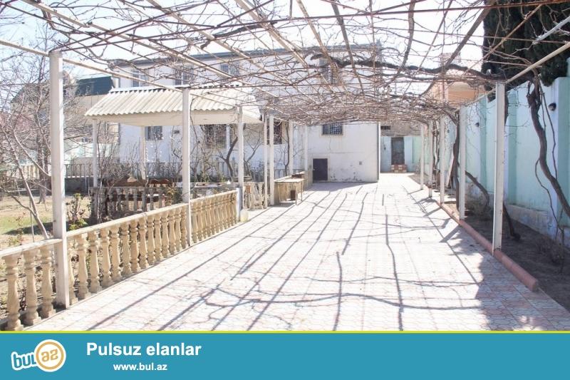 Очень срочно ! В поселке Новханы налево не доезжая  мечети  в 200 метрах от центральной дороги , продается  2-х  этажный  10-ти  комнатный  частный дом площадью 350 квадрат расположенная на  15-и сотках земли, Дом с хорошим ремонтом...