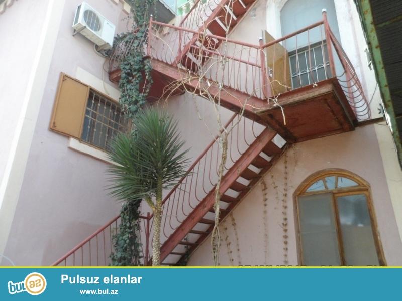 Срочно! Продаётся в посёлке Новханы при въезде в Гёредиль 3-х этажный особняк площадью 600 квадрат расположенный на 16 сотках...