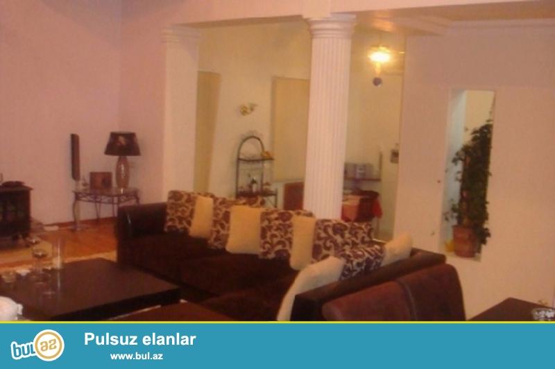 Очень срочно! В первом жилом массиве Бадамдар, в 400 метрах от центральной дороги  cдаётся  сдаётся в аренду на долгий срок  2-х этажный , 6-ти комнатный , частный дом,  площадью 350 квадрат расположенный  на  7...