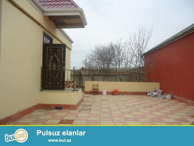 EMIN Sabunçu Rayonu Ramana savxozu yolun üstündə 4 sot torpaq sahəsində 5 daş kürsüdə ümumi sahəsi 100 kv mt olan 3 otaqlı,hamam,tualet,kuxnası olan təmirli ev satılır...