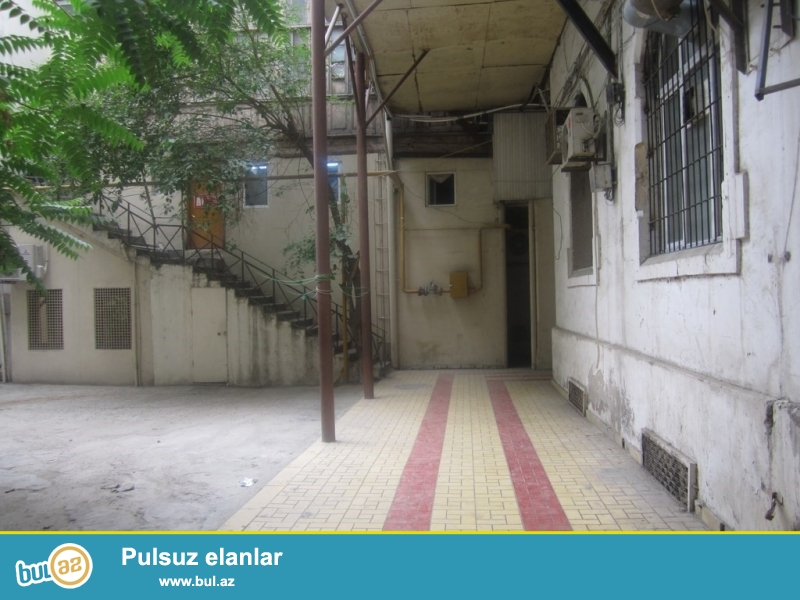 Очень срочно! Продается  около кинотеатра Азербайджан напротив ломбарда  4-х комнатная квартира 4/5 с отличным ремонтом и мебелью...