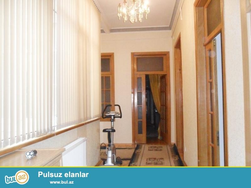Очень срочно! Продается 4-х комнатная квартира площадью 150 квадрат в элитном архитектурном доме, рядом с кинотеатром Низами на проспекте Бюль-Бюль...