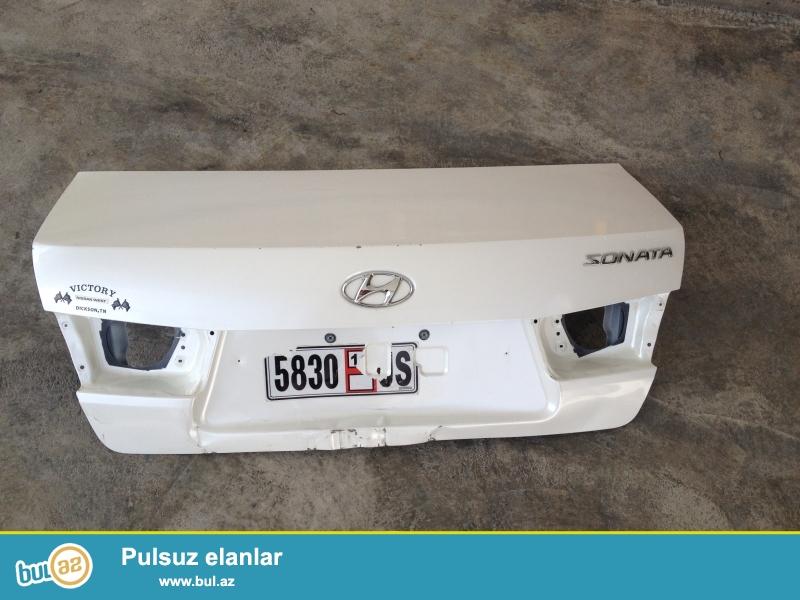 Hyundai Sonata 2008 arxa kapot emblemləri ilə birlikdə, ağ mirvari rəng