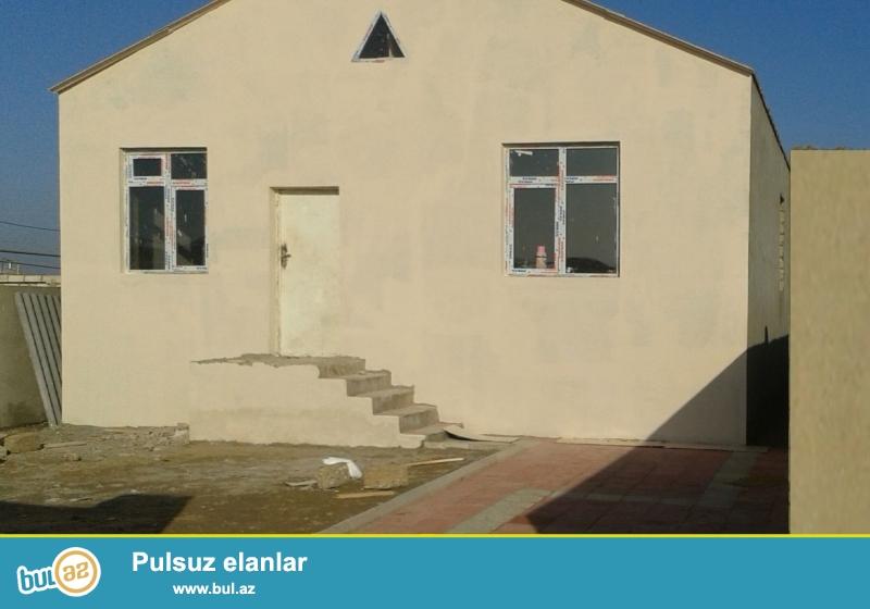 Hövsanda, beton yoluna yaxın ev satılır. Su, qaz və işığı var.