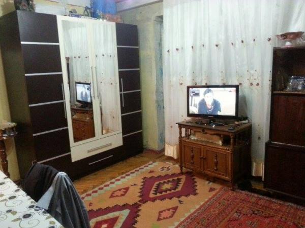 Bineqedide     Lallar   fabrikinin   yaninda       25 kv   olan   1 otaqli    h/t,   metbexi  olan  orta   temirli     ayri   heyet   evi    satilir...