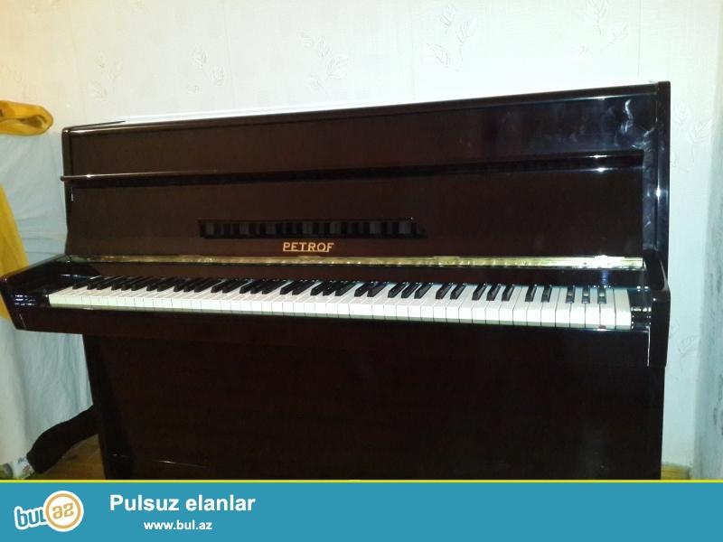 ela veziyyetde, keklenmish ve tam degig nizamlanmish Petrof pianinosu