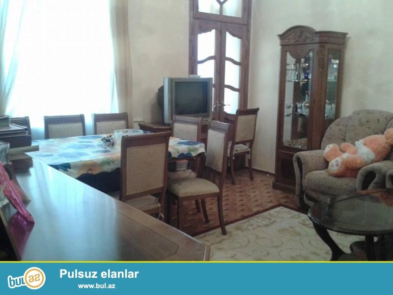 Kukla teatrla üzbəüz 5-n 4-ə yaxşı təmirli ev satılır...