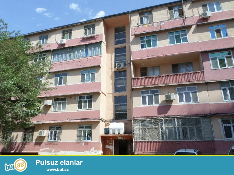 xırdalanın mərkəzində heydər əliyev prospektində köhnə bazara çatmamış sfetoforda leninqrad proekti 1 otaqlı ev satılır...