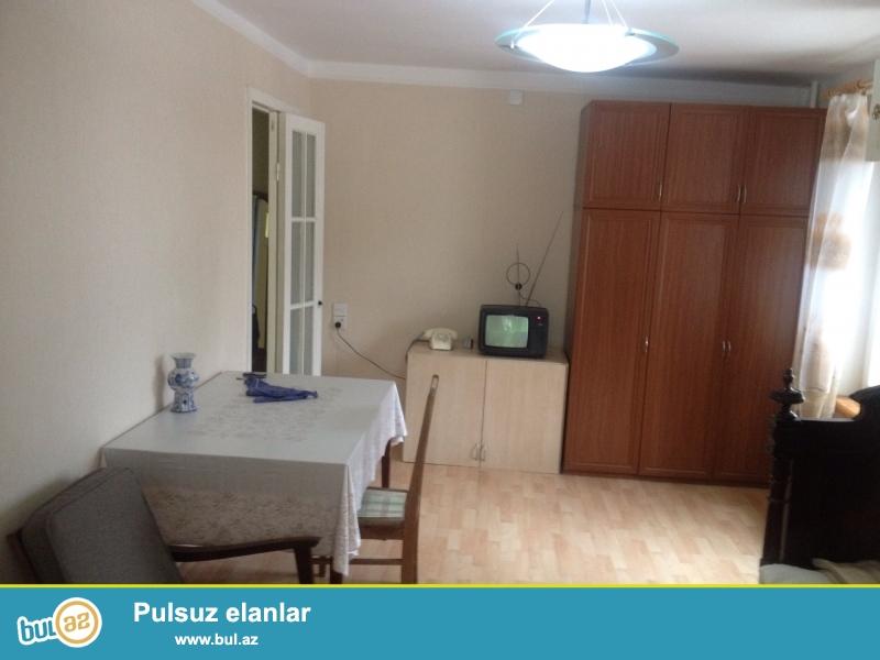 Yasamal rayonu Zahid Xelilov kucesinde 5 mertebeli binanin 3-cu mertebesinde  1 otaqli temirli menzil satilir...