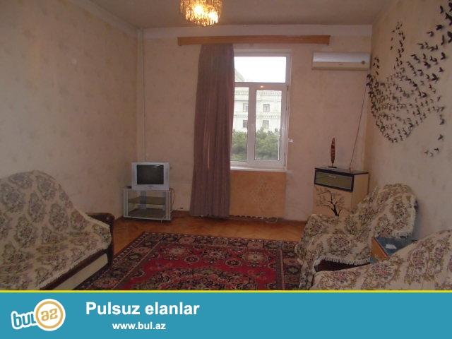 Yasamal rayonu Huseyn Cavid prospektinde 4 mertebeli stalinka layiheli binanin 4-cu mertebesinde 2 otaqli orta temirli menzil kiraye verilir...