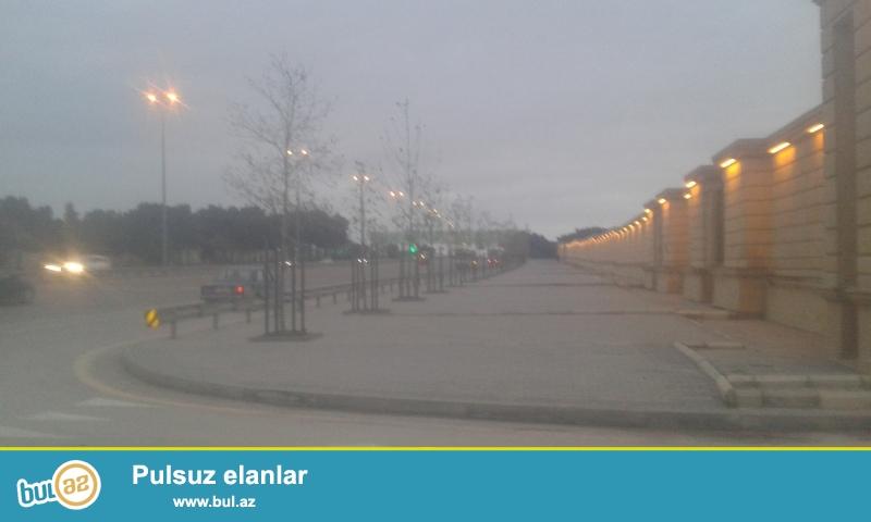 Xezer rayonu Bine qesebesinde  Merdeka Aeroport istiqametinde olan magistral yolunun kenarinda yoldan 60 metr iceride yerlesir  torpaq 10 sotdur isteye gore 5 ve 4 sotada bolerem komunal xetler movcuddur  senedleri var  ...