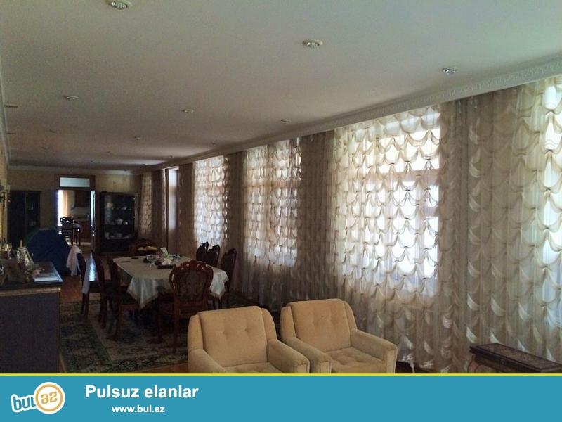 Срочно! В поселке Мардакан, при въезде в Шаган, около клиники *Shefa* продается  9-и комнатный , 3-x этажный дачный дом , площадью 450 квадрат, расположенный на 9 сотках (по документам 6 сот ) приватизированного  земельного участка...