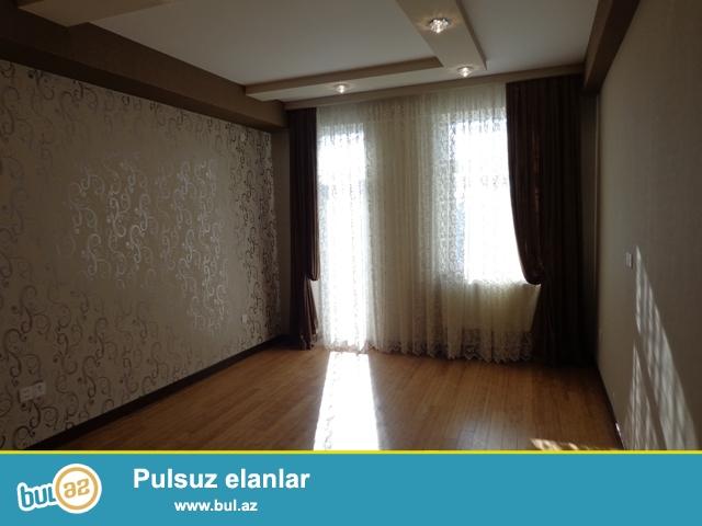 """Həsən Bəy Zərdaabi küçəsində, """"Baku Biznes"""" universiteti  yaxinliğinda, yerləşən yeni tikilmiş yaşayışlı binada 2 otaqlıdan 3 otaqliya düzəldilmiş mənzil satılır..."""