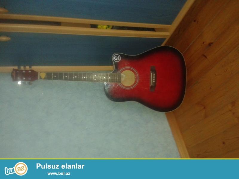Akustik gitara rengi super  siminin biri yoxdu umumuyetle simi kohnelib  ...