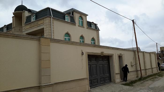"""Hövsan qəs, \\\""""Günəşli sahil\\\"""" restoranın yanında 10 sot torpaqin  icində sahəsi 205kvm  3 mərtəbəli 10 otaqlı villa satilir..."""