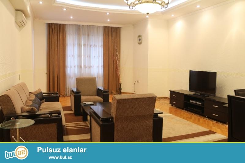 Yasamal Rayonu Zahid Xəlilov küçəsı Metro Elimlər yaxin MegaCity Də 10/5-si ümumi sahəsi 200Kv...
