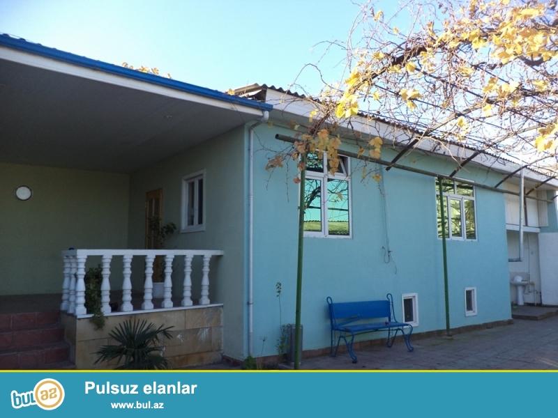 Suraxanı rayonu, Qaraçuxur qəsəbəsi, Aura şadlıq sarayının yaxınlığında ümumi sahəsi 3 sot olan 4 otaqlı həyət evi satılır...