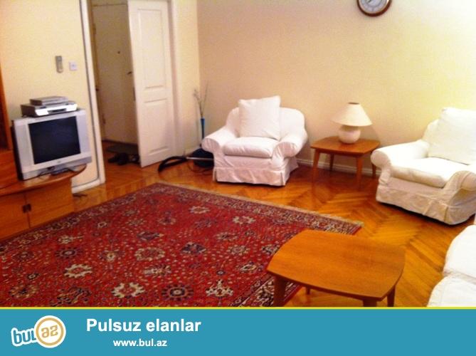 Cдается 4-х комнатная квартира в центре города,на площади Азнефть, рядом с 6-ой школой ...