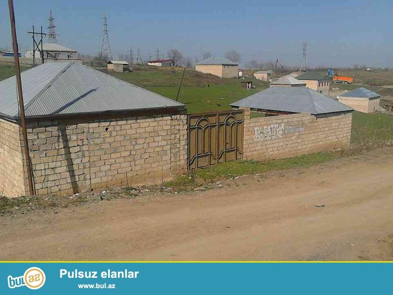 <br /> Quba ş, əsas yoldan 50 m aralı 2 otaqli (60 kvm) orta temirli (plastik pencere) ev satilir...