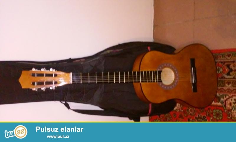 Klassik gitaradı.Üstünde çexoluda verilir.